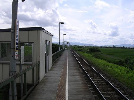 北永山駅待合室とホーム