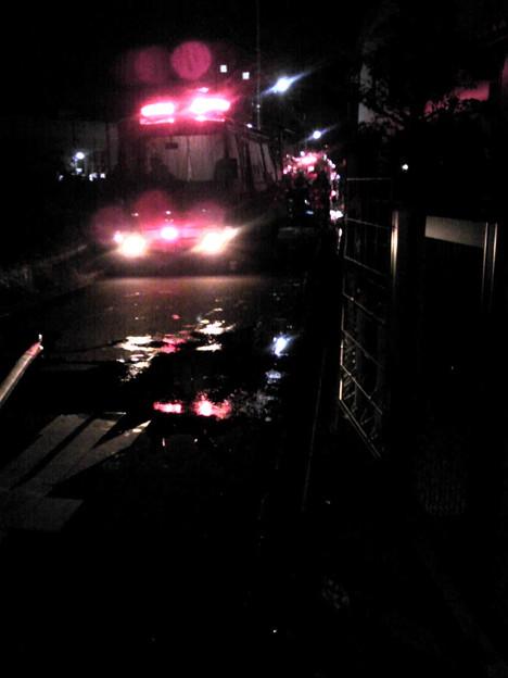 写真: 出火から1時間以上たったが...