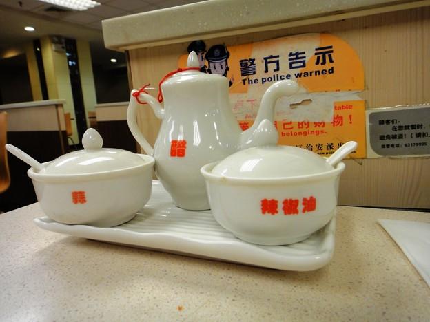 上海駅前 大娘餃子の酢とニンニクとラー油の入れ物