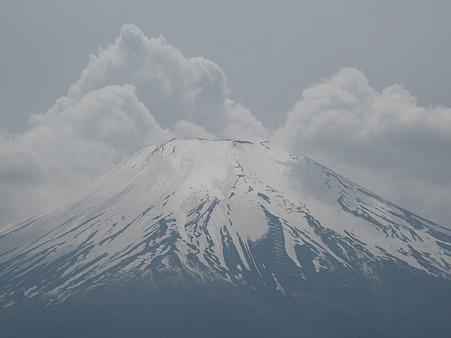 山中湖北岸より臨む 山頂の雲が割れた