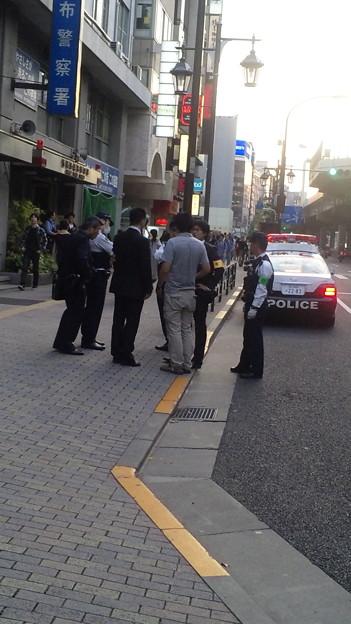 昼間、尖閣問題抗議のデモ隊の前に座り込み麻布署にパトカーで連行さ...