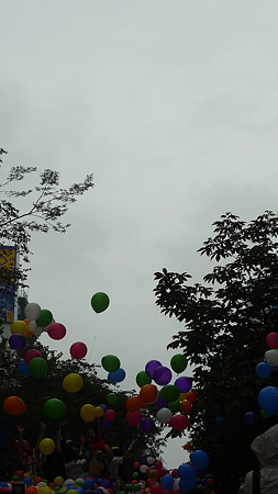 浮き上がる風船。