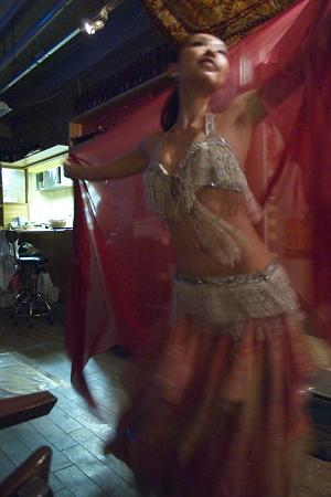 ダンサーのおねーさんのスタイルは抜群。でもAFが追いつかない