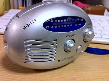 手回し充電ラジオ、動作確認。ライト付き。1