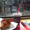 写真: segafredo@しんづく東口にてクロワッサンなう♪おやつ我慢のためベルクス...