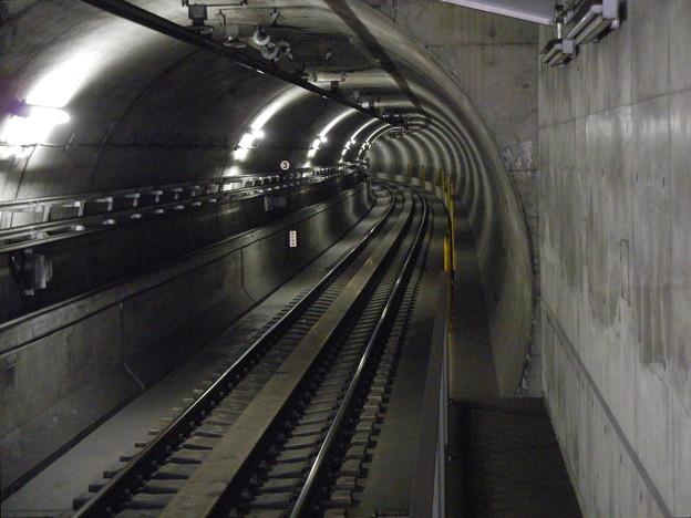 写真: 日吉本町駅の地下鉄の奥 (横浜市港北区、地下鉄グリーンライン)