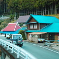 Photos: 山里河辺村を行く