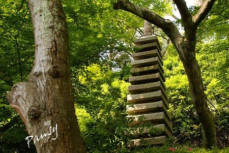 緑のなかの石塔・・