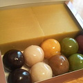 写真: 本日の朝御飯は下町の銘菓、あんこ玉でございます。