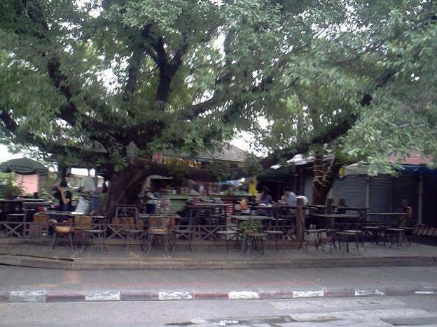 バンコク|ナイトバザール 日中も少しだけ空いてるお店がある