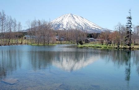 湖面に映る羊蹄山