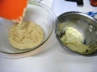 小麦粉+重曹を良く混ぜて砂糖水を入れて混ぜます、かなりべたついていますがこのまま続行です、冷蔵庫で少し休ませるといくらかマシです