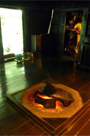 囲炉裏に火