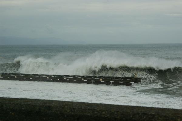 波が防波堤を飲み込む