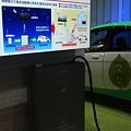 Photos: 電気自動車の充電スタンド(シャープ)