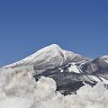 Photos: かたまりの雪の向こうに